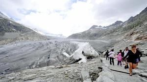 Visitantes en el glaciar de Rhone, en Suiza, que ha sido cubierto con plástico para retrasar el deshielo.