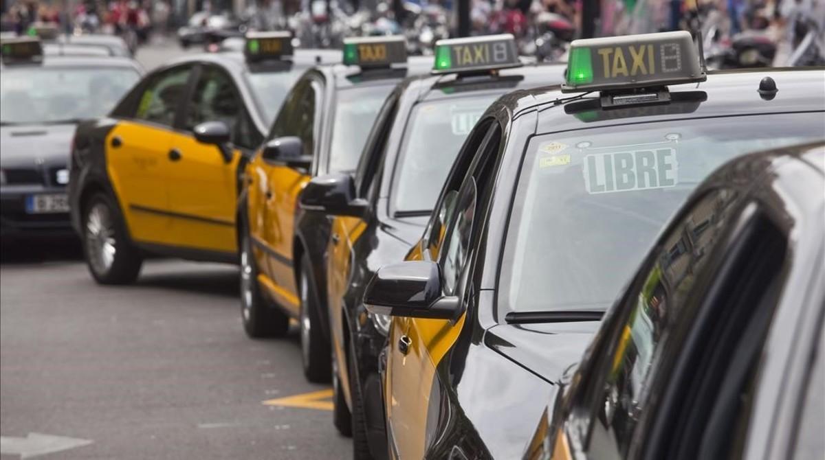 Taxis esperan en Plaza Catalunya