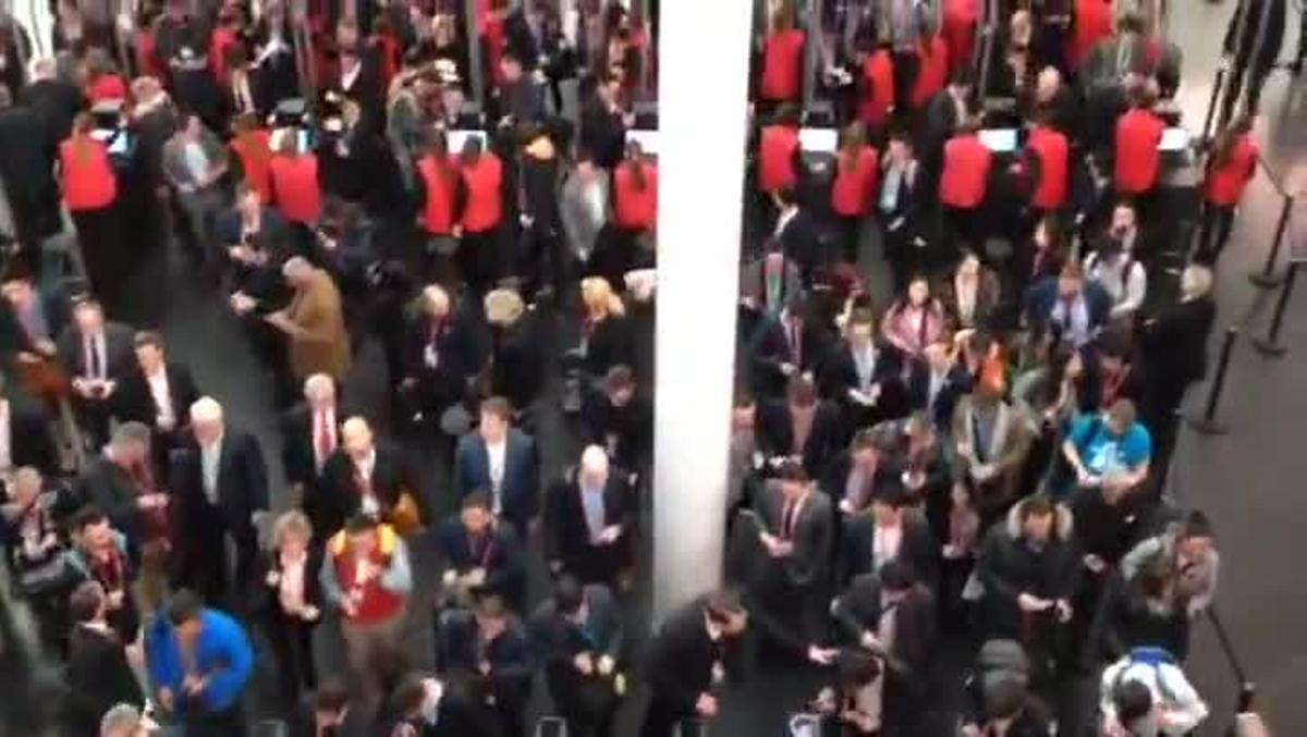 Entrada de asistentes al Mobile World Congress en la Fira.