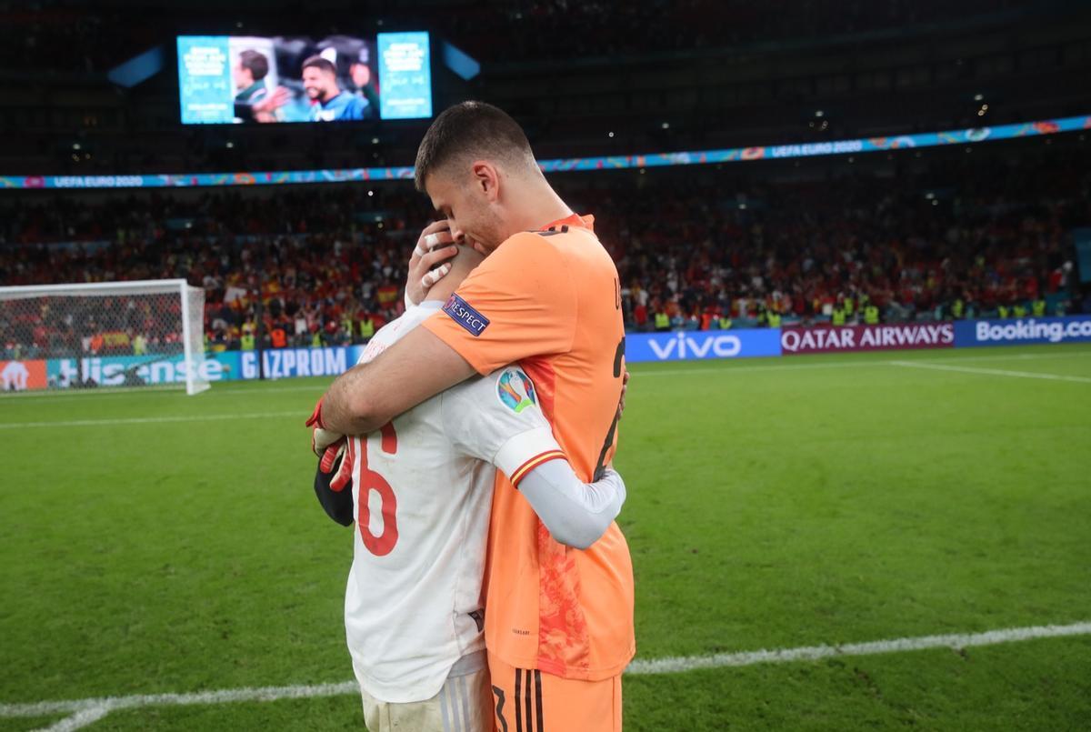 Pedri es consolado por Unai Simón tras la eliminación de España ante Italia.
