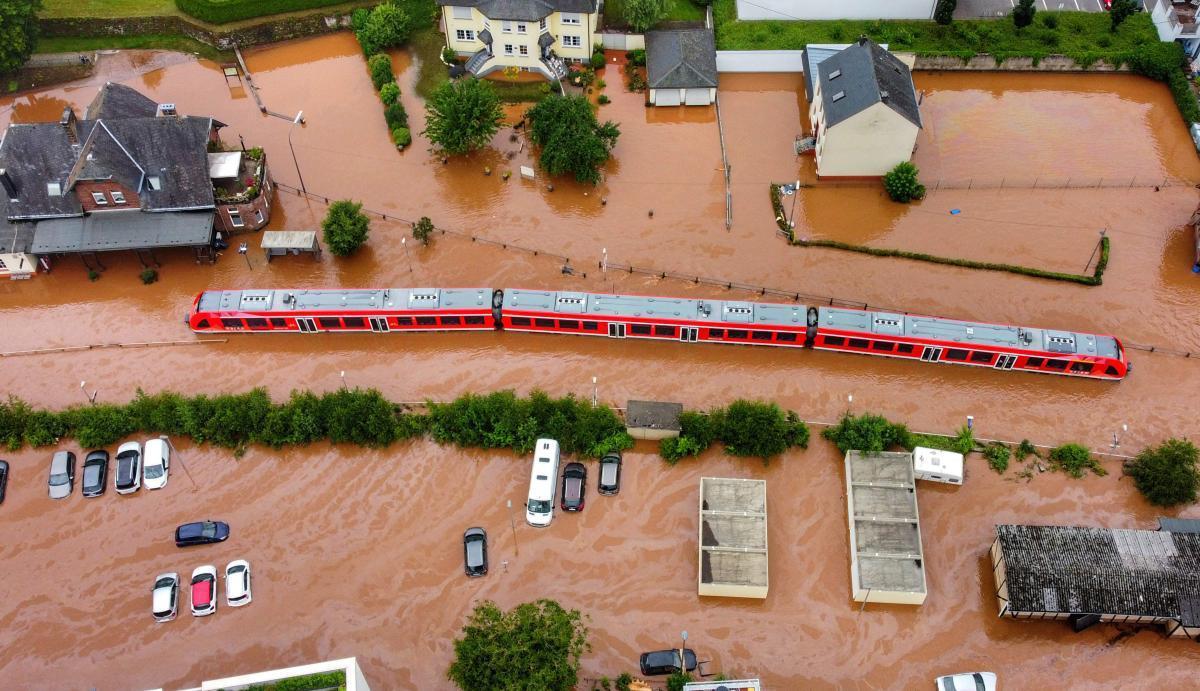 Foto aérea de la ciudad alemana de Kordel, inundada tras desbordarse el río Kyll. Un tren regional quedó atrapado en la estación de la población tras las fuertes lluvias.