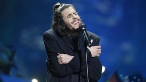 El cantante portugués Salvador Sobral, durante su actuación en el Festival de Eurovisión, en Kiev, con la canción 'Amar Pelos Dois'.