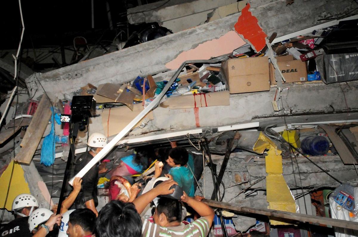 Equipos de rescate buscan supervivientes en la zona de Manta, tras el gran terremoto registrado en Ecuador este sábado.