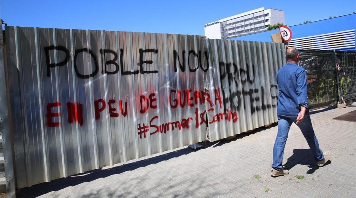 Una pintada contra la construcción de más hoteles en Poblenou.