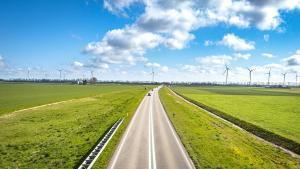 Carretera entre molinos de energía eólica.