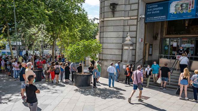 Colas en el Banco de España en Barcelona para cambiar pesetas por euros