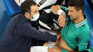 Djokovic se salva del KO a Austràlia i i sense públic a les grades