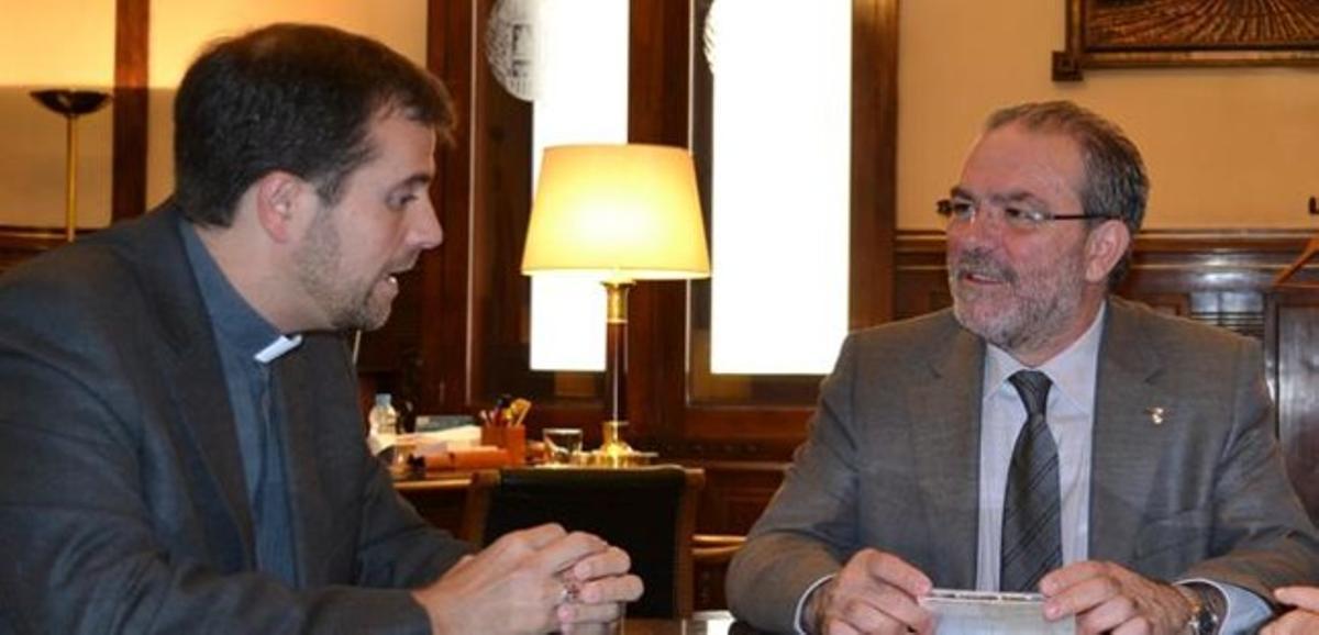 El obispo de Solsona, Xavier Novell, conversa este martes con el presidente de la Diputación de Lleida, Joan Reñé.