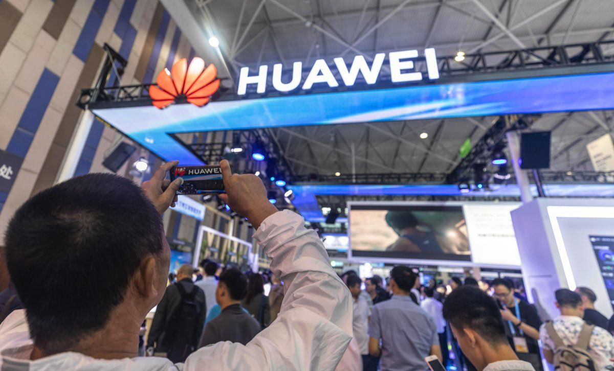 Guiyang  China   26 05 2019 - A man takes a picture of the Huawei booth during Big Data Expo in Guiyang  Guizhou province  China  26 May 2019  The expo on big data opened on 26 May  incudes major Chinese companies and focuses on the latest innovations in technology and its applications  Guizhou province set up China s first big data pilot zone which has attracted companies such as Apple  Qualcomm  Huawei  Tencent  Alibaba and Foxconn   Abierto  EFE EPA ALEKSANDAR PLAVEVSKI