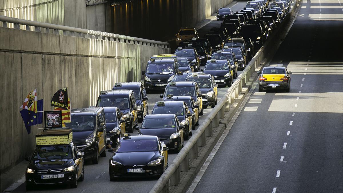 Marcha lenta de taxis por la Gran Vía