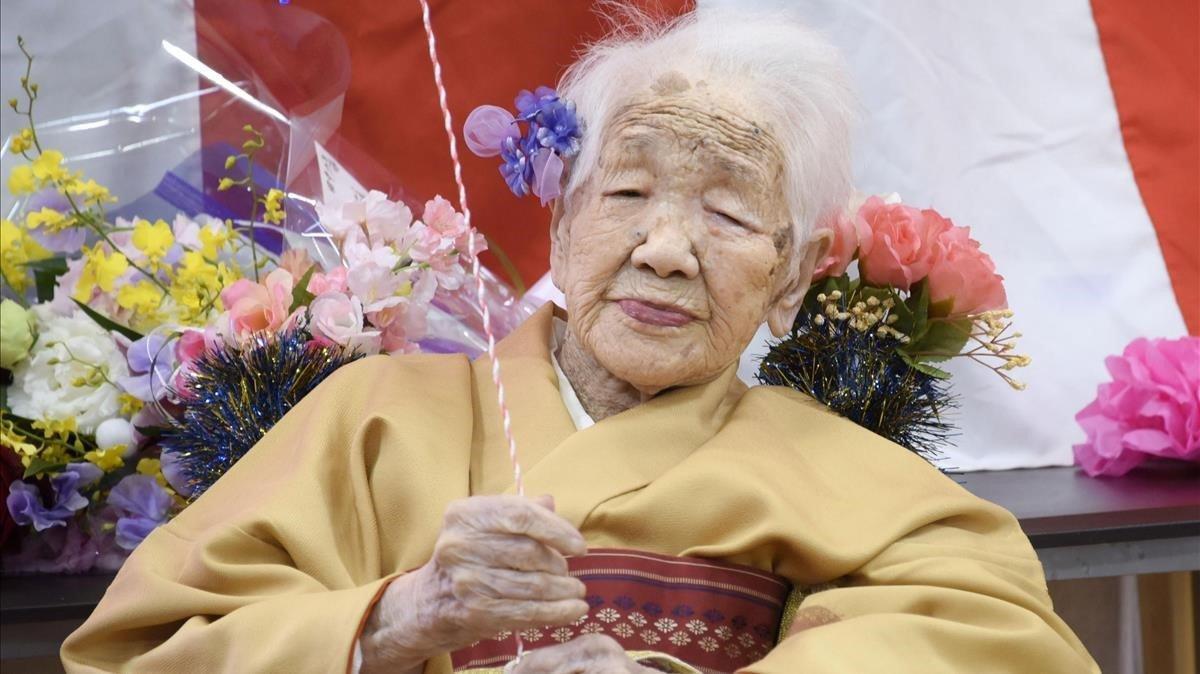 Kane Tanaka sostiene un globo en la celebración de su 117º cumpleaños.
