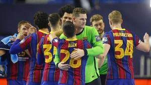 Los jugadores del Barça celebran la clasificación tras derrotar al PSG en Colonia.