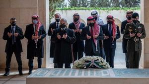 El rey Abdulá II de Jordania acompañado de otros familiares, entre ellos el antiguo príncipe heredero Hamza bin Husein, acusado de conspiración.