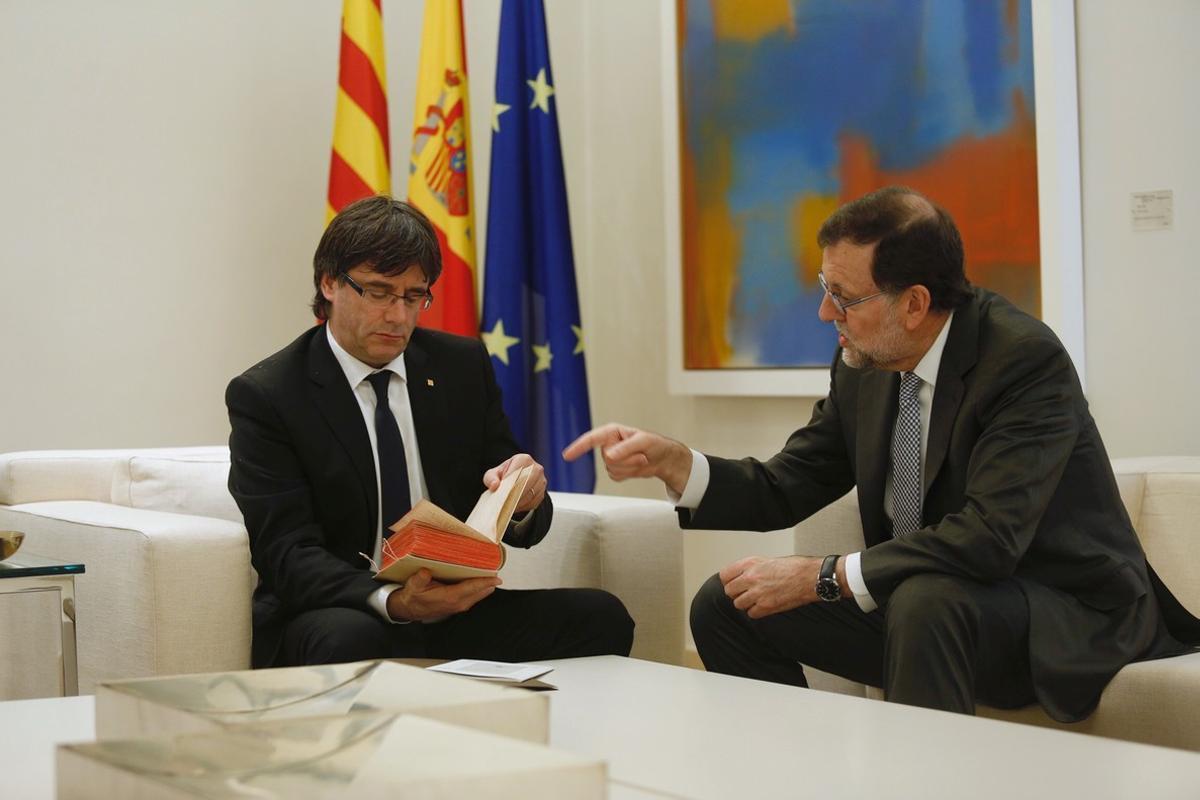 Puigdemont y Rajoy, en la Moncloa, en abril del 2016.