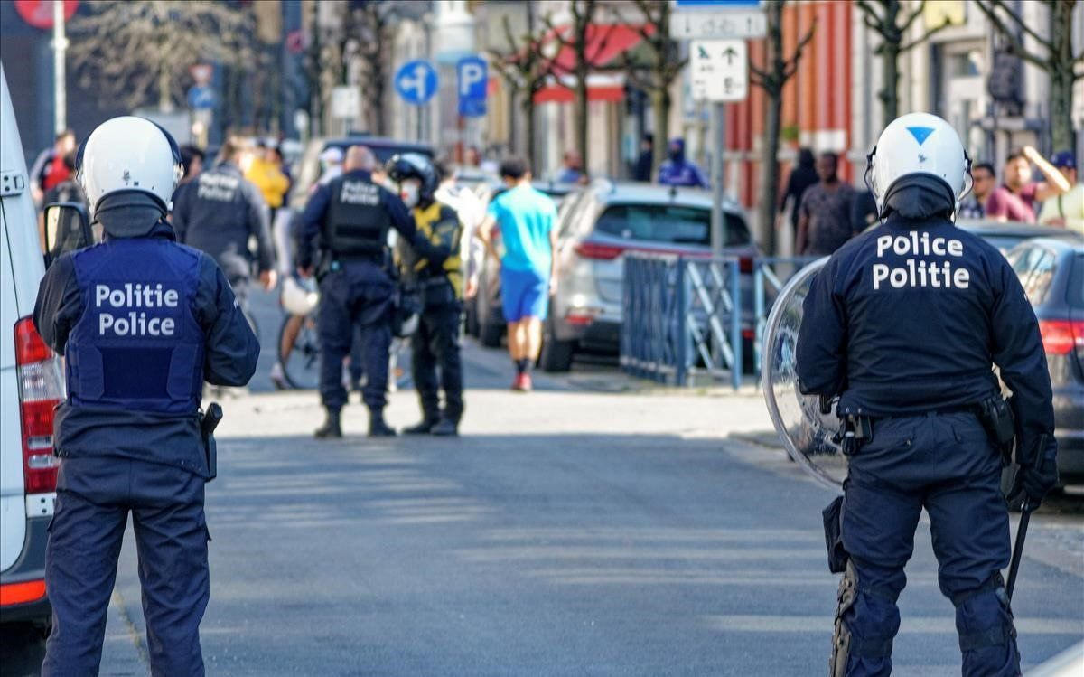 Agentes antidisturbios en el barrio belga de Anderlecht, donde se han producido las protestas