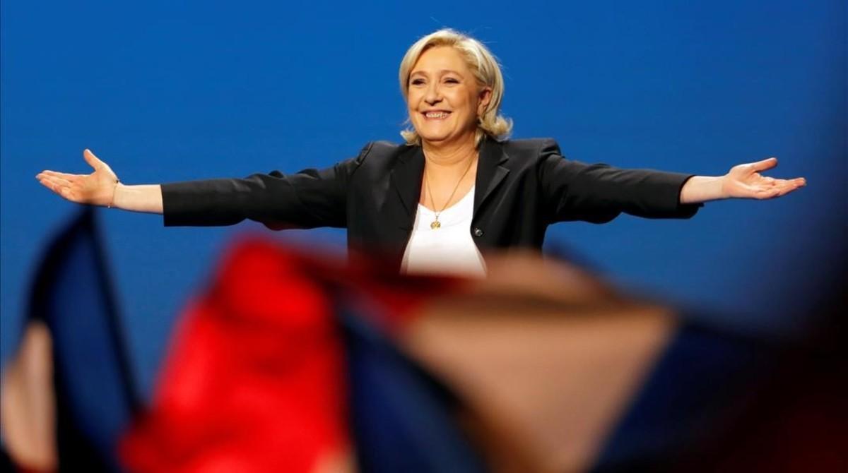 Le Pen, sonriente, en su acto electoral en Villepinte, cerca de París, el 1 de mayo.