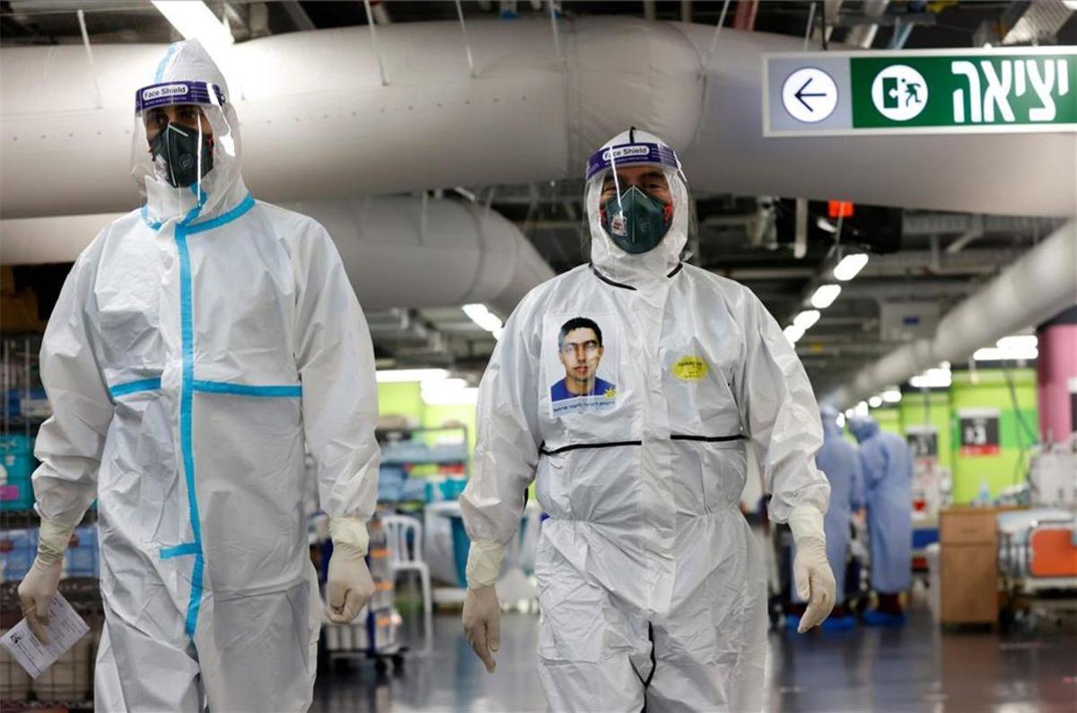 Personal médico en Israel atienden casos de COVID-19.