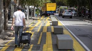 Los bloques de hormigón instalados en la calle de Consell de Cent.