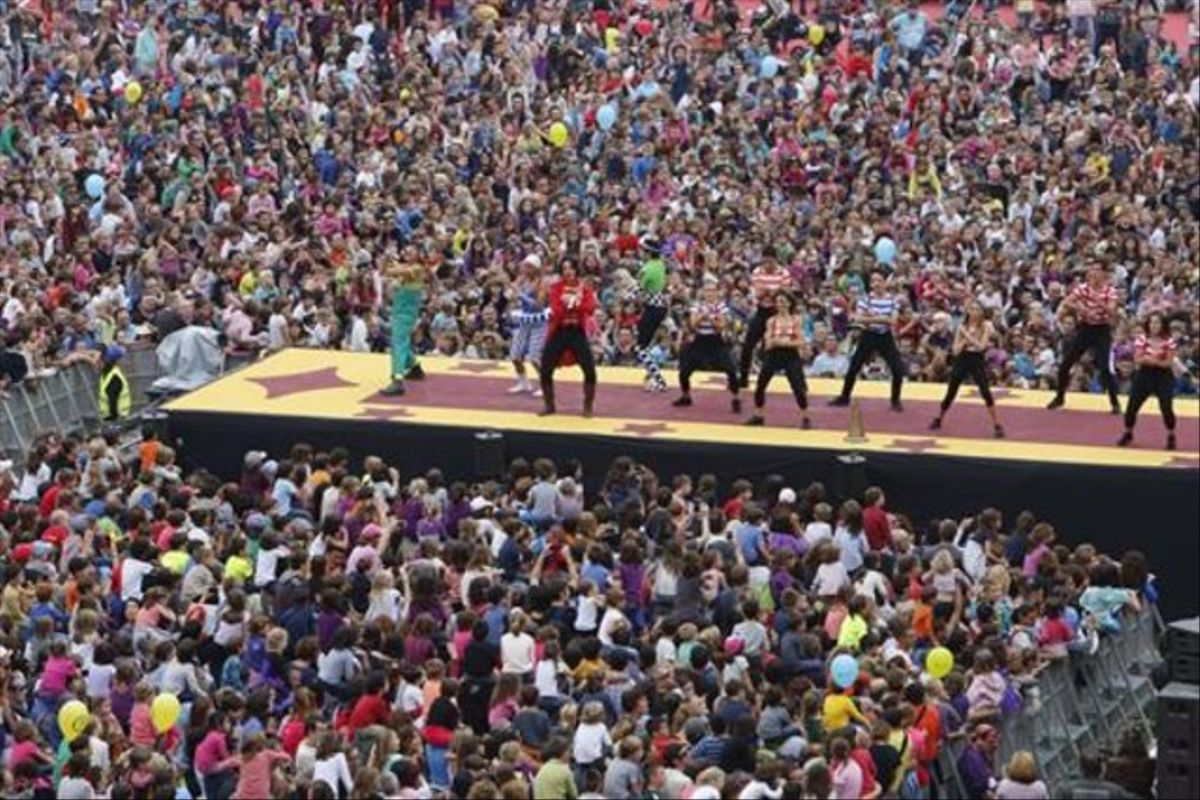 Un aspecto del espectáculo central de la Festa dels Súpers, ayer, en el Estadio Olímpico de Montjuïc.