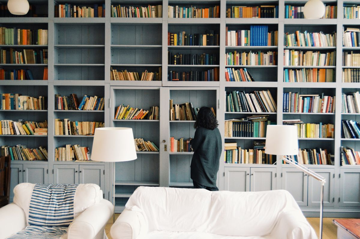 Mujer en librería