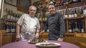 JoséLuis Díaz y su hijo Víctor, del restaurante Sense Pressa, posan con unas colmenillas.
