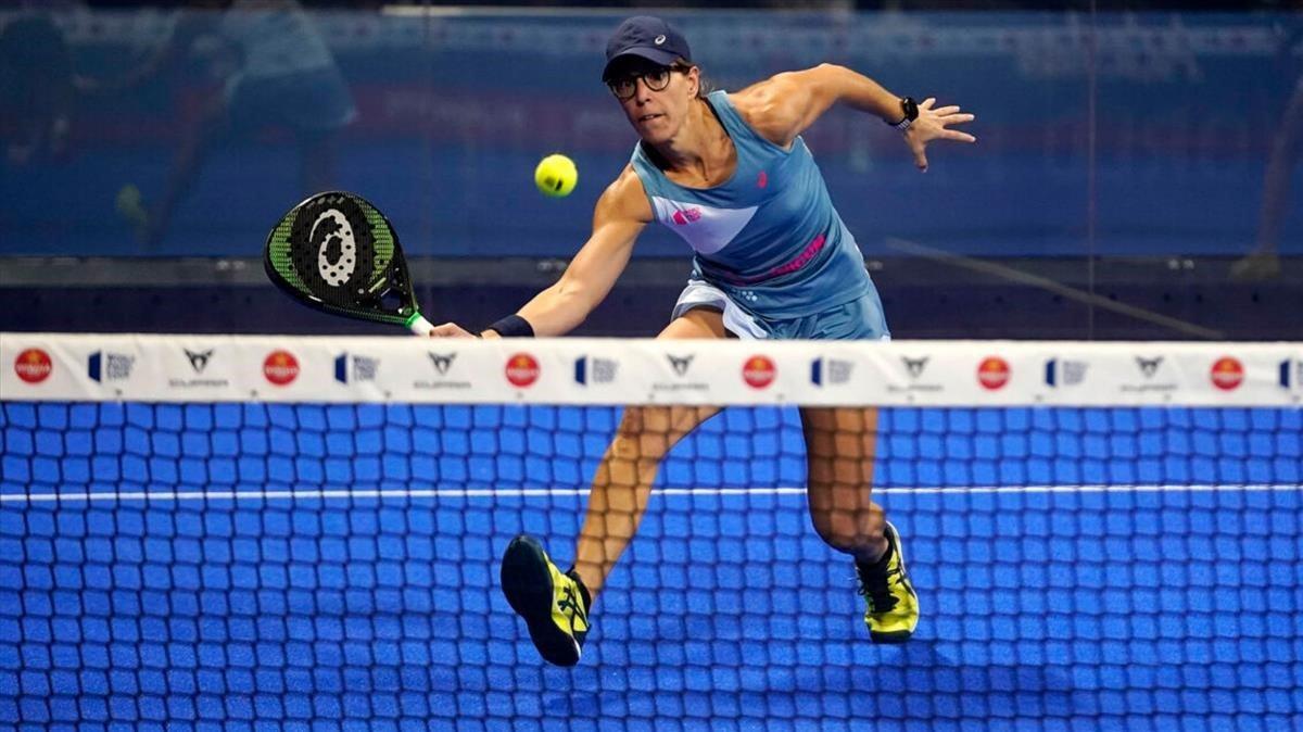 Lucía Sainz conecta una volea en el Open de Alicante que ganó el pasado domingo junto a Gemma Triay.