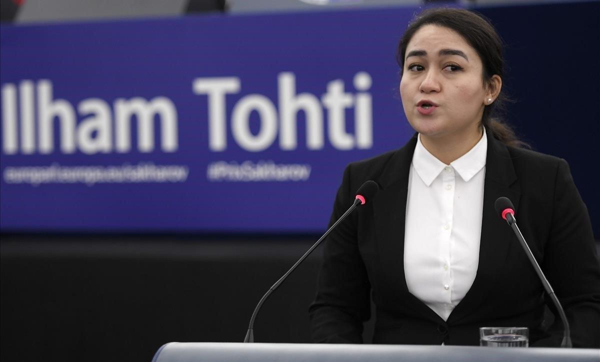 Jewher Ilham, hija del economista y activista uigur Ilham Tohti, durante su discurso al recoger el Premio Sájarov con el que la Eurocámara ha distinguido a su padre.