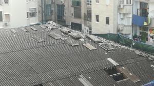 Imagen captada por los vecinos, que denuncian el amontonamiento de placas con amianto y la falta de un perímetro realmente seguro para los vecinos