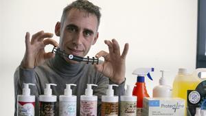 Dani Blanes ha tenido que dejar la producción de eventos artísticos y reinventarse como fabricante de salvaorejas y distribuidor de productos sanitarios.