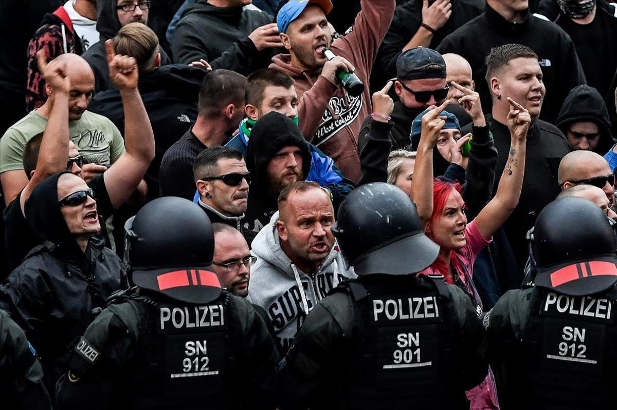 Manifestantes neonazis se encaran con la policía en Chemnitz.