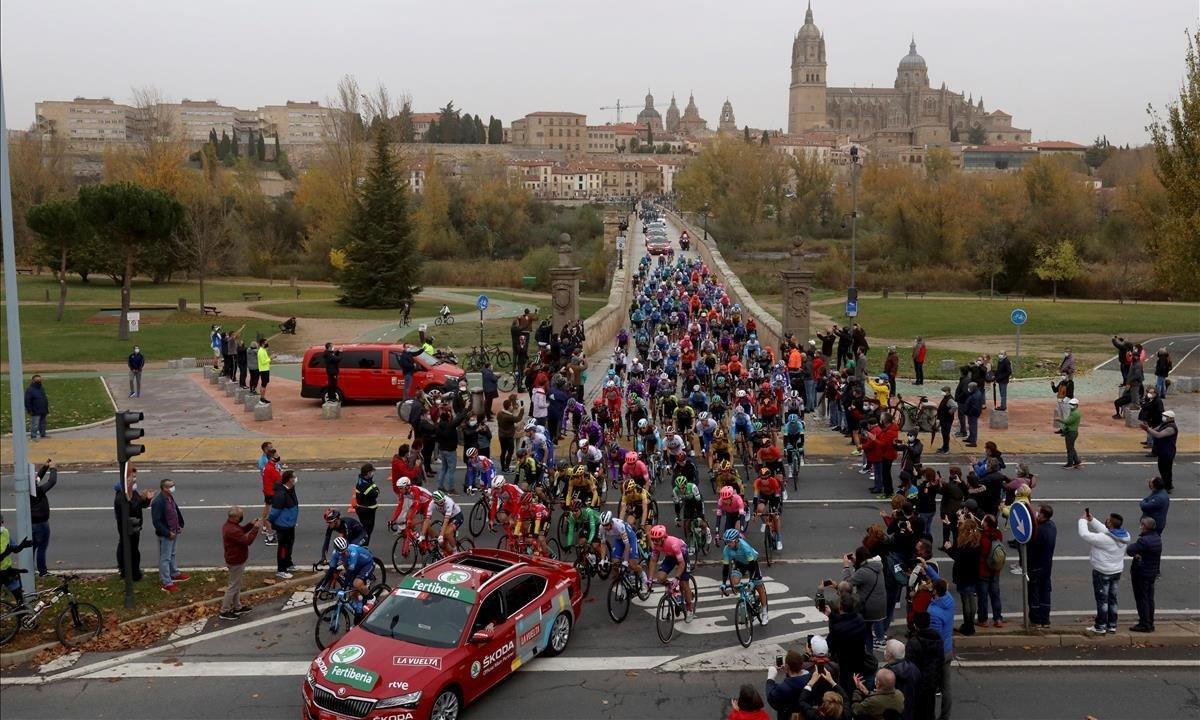 El pelotón de la Vuelta abandona Salamanca.