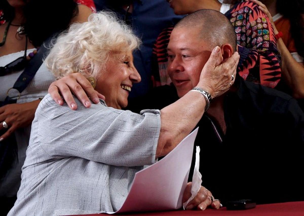 Estela de Carlotto, presidenta de las Abuelas de Plaza de Mayo, abraza a Mario Bravo, ayer en Buenos Aires.