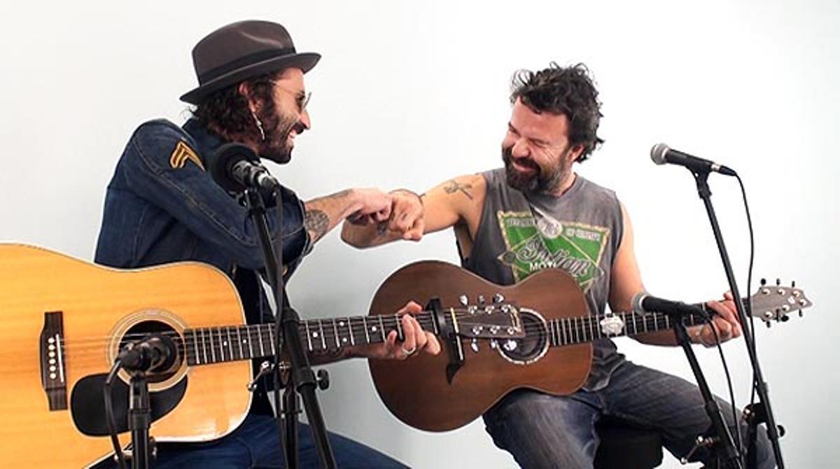 Pau Donés y Leiva interpretan, en acústico, 'Vecina'.