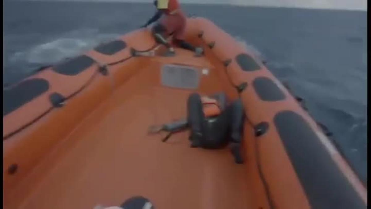 La reacción de la madre de un bebé fallecido en el naufragio en el Mediterráneo.