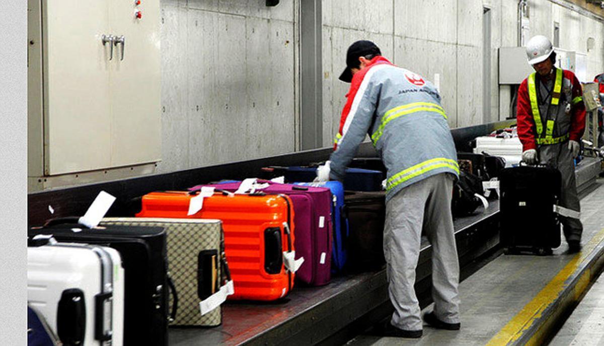 Trato de maletas en el aeropuerto de Kansai, en Japón.