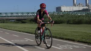 Prunelle Chassot, en bicicleta por el Parc Fluvial del Besòs.