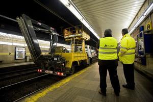 Empleados de Adif trabajan en el mantenimiento de la línea férrea en Barcelona.