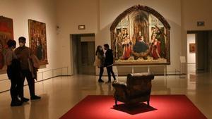 La ajada y vacía 'Butaca'de Tàpies, en la sala del gótico, frente a la entronizada'Mare de Déu dels Consellers', de Pere Dalmau.