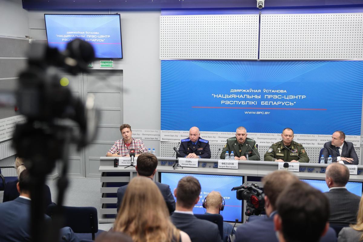 El periodista bielorruso Roman Protasevich (izquierda), durante la comparecencia junto a uniformados que ha ofrecido este lunes.
