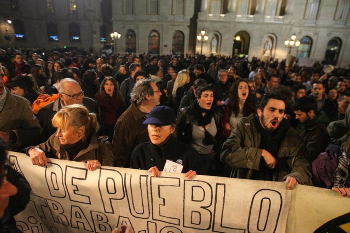 Inicio de las protestas en la plaza de Sant Jaume.