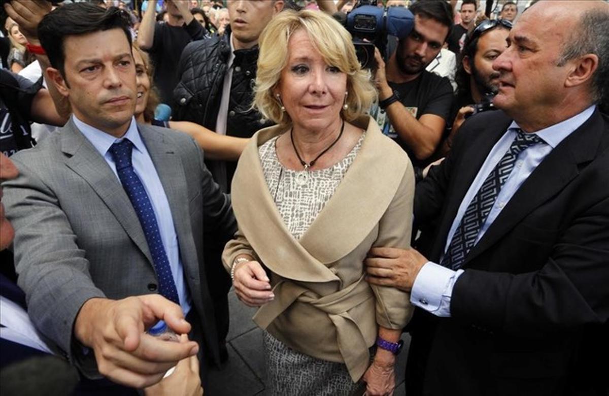 La presidenta del PP de Madrid,Esperanza Aguirre, enlos juzgados de Plaza Castilla,junto a BeltránGutierrez Moliner (derecha).