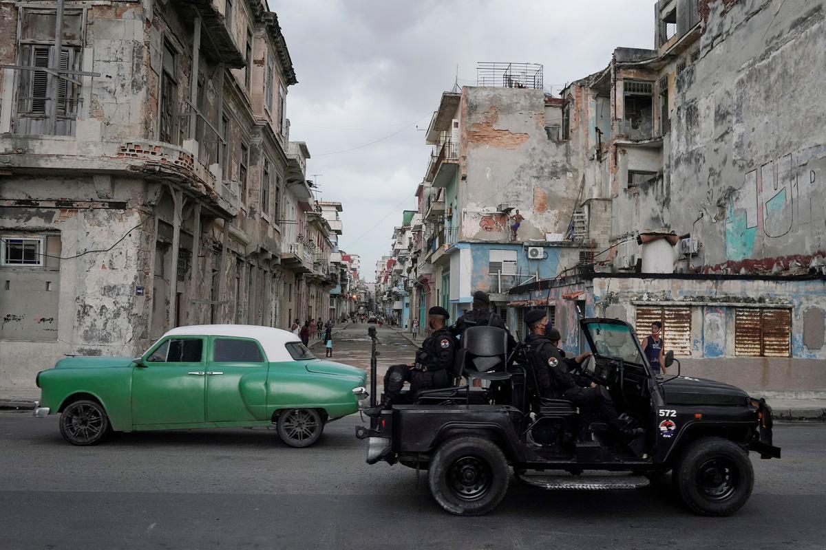 Un vehículo con fuerzas especiales de la policía pasa por un barrio del centro de La Habana.