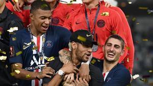 Neymar, abrazado por Mbappé y Verratti en la celebración de la Supercopa de Francia.