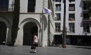 La bandera olímpica ondea en el Ayuntamiento de Badalona en reconocimiento a Mireia Belmonte.