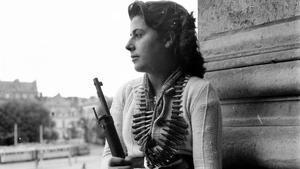 La republicana de la ResistenciaMaría Vázquez, con un máuser alemán y municiones, tras la liberación deRuán.Imagen del libro de Evelyn Mesquida 'Y ahora, volved a vuestras casas'.