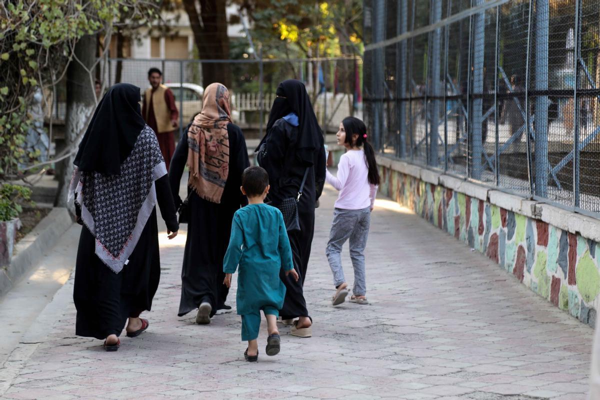 Un familia afgana pasea por las calles de Kabul