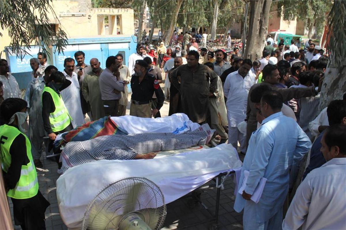 Varios cuerpos de las personas asesinadas por un curandero en Sargodha, Pakistán.