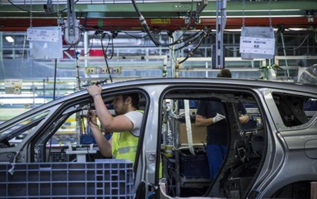 Trabajadores en la cadena de montaje de la fábrica de Ford en Almussafes.