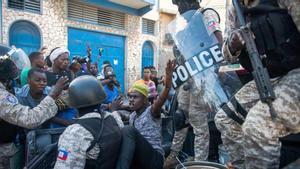 Miembros de la policía detienen a un hombre durante unas protestas para forzar la renuncia del presidente de Haití, Jovenel Moïse, en Puerto Príncipe (Haití), el 7 de febrero de 2021.