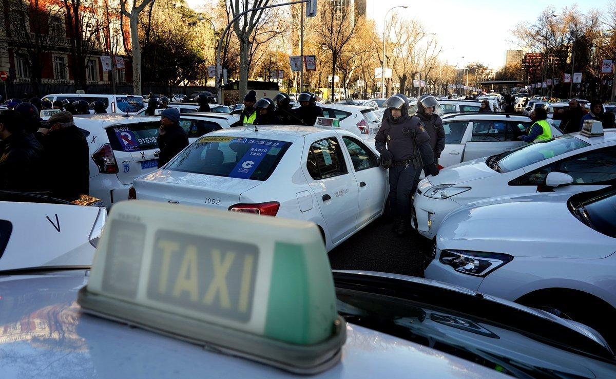 Taxistas en el paseo de la Castellana, en Madrid.